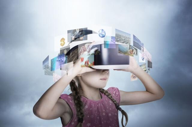 VR動画を見る女の子