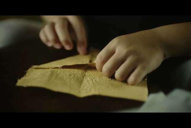 折り紙を折る手元