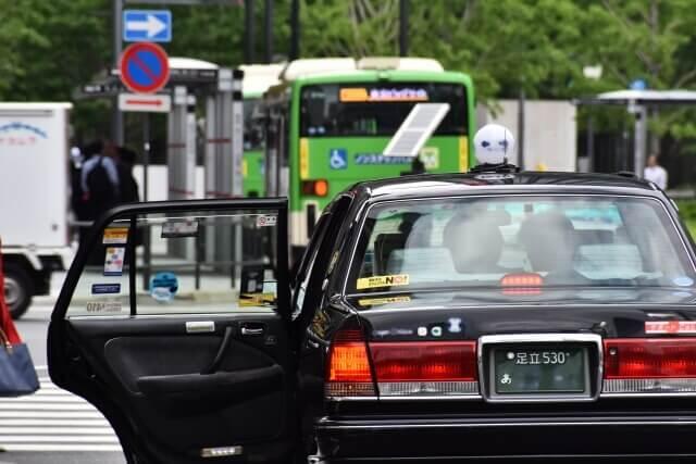 乗客を乗せるタクシー