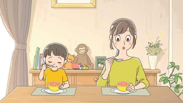 グレープフルーツを食べる親子